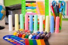 Tempera et craie de tubes colorés, de nouveau au concept d'école Images stock