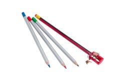 Temperamatite manuale del prisma e parecchie matite colorate Immagini Stock