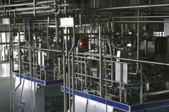 Temperaturüberwachungventile und -rohre in der modernen Molkerei lizenzfreies stockfoto