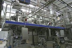 Temperaturüberwachungventile und -rohre in der modernen Molkerei stockbilder
