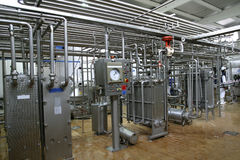 Temperaturüberwachungventile und -rohre in der Molkereiproduktionsfabrik Stockfotografie