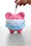 Temperatur von kranken Piggy nehmen - Schwein-Grippe-Konzept Lizenzfreies Stockfoto