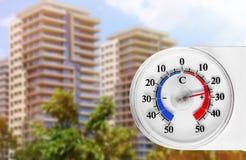 Temperatura alta en el termómetro imagen de archivo libre de regalías