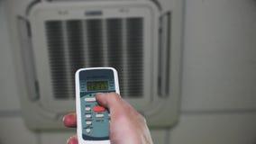 Temperatura ambiente del condizionamento d'aria che cambia con il telecomando stock footage