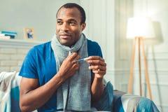 Temperatura corporal de bloqueio preocupada do homem afro-americano fotografia de stock royalty free