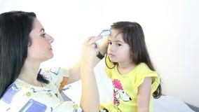 Temperatura da menina de verificação do doutor pediatrician filme