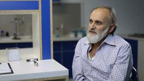 Temperatura de comprobación paciente enferma mayor en la clínica almacen de video