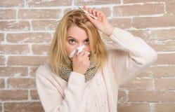 Temperatura de la medida Remedios de la fiebre de la rotura Concepto de alta temperatura La mujer se siente mal enferma Cómo derr imagen de archivo