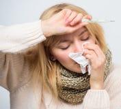 Temperatura de la medida Remedios de la fiebre de la rotura Concepto estacional de la gripe La mujer se siente mal Síntomas y cau imagen de archivo