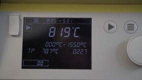 Temperatura de levantamiento en el horno extremadamente de alta temperatura en cl?nica dental Dientes de cer?mica que cuecen en m almacen de video