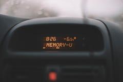 Temperatura del marcador en el coche Imagenes de archivo