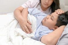Temperatura di misurazione della madre del bambino malato fotografia stock