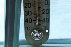 Temperatura muy fría mostrada en el termómetro Fotos de archivo