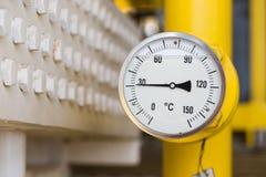 Temperaturmått till minitortemperaturen av gas på uttag av fenatypkylare på fossila bränslenplattformen Arkivbild