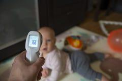 Temperaturm?tning i ett barn, sjukdom, 36 6 royaltyfria foton