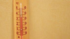 Temperatuur die op een thermometer toenemen stock video