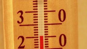 Temperatuur die op een thermometer toenemen stock videobeelden