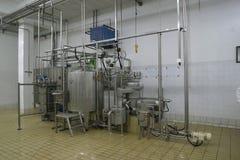 Temperatuur gecontroleerde tanks en pijpen in moderne zuivelfabriek stock afbeeldingen