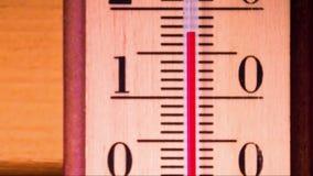 Temperatuurverhogingen op een thermometer stock videobeelden