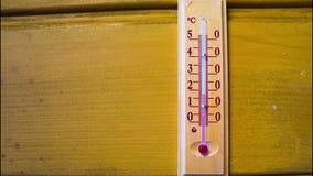 Temperatuurverhogingen op een thermometer Timelapse stock videobeelden