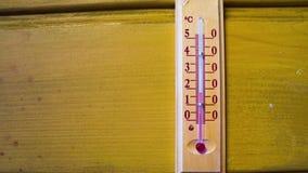 Temperatuurverhogingen op een thermometer Timelapse stock footage