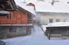Tempesta alpina della neve e di architettura. Immagini Stock Libere da Diritti