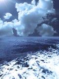 Tempesta blu del mare e cielo nuvoloso royalty illustrazione gratis