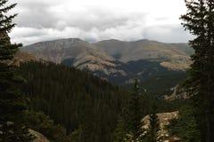 Tempesta che fa sopra le montagne immagini stock libere da diritti