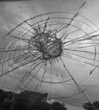 Tempesta che guarda attraverso una finestra rotta fotografia stock