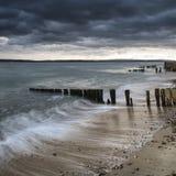 Tempesta che passa il paesaggio della spiaggia con esposizione e il vibran lunghi Fotografia Stock