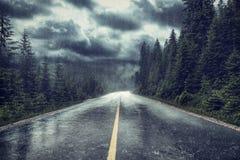 Tempesta con pioggia sulla via fotografia stock libera da diritti