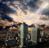 Tempesta del lampo di apocalisse nella città Fotografie Stock