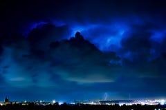 Tempesta del lampo sopra la città Immagini Stock