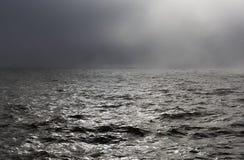 Tempesta del mare in nebbia fotografia stock libera da diritti