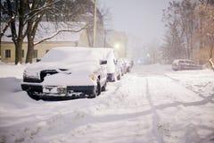 Tempesta della forte nevicata che soffia in vie della città di zona residenziale fotografia stock libera da diritti