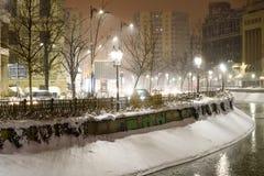 Tempesta della neve di inverno nella città di Bucarest alla notte Fotografie Stock Libere da Diritti