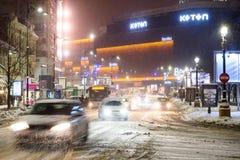 Tempesta della neve di inverno nella città di Bucarest alla notte Fotografia Stock Libera da Diritti