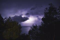 Tempesta di illuminazione con le tonalità porpora Fotografia Stock