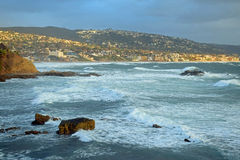 Tempesta di inverno alla spiaggia del mucchio della roccia sotto il parco in Laguna Beach, California di Heisler Fotografia Stock Libera da Diritti