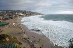 Tempesta di inverno alla spiaggia principale in Laguna Beach, California Fotografia Stock