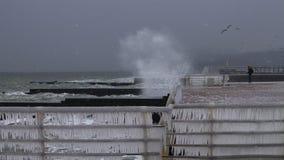 Tempesta di inverno che si infuria sopra una banchina su Mar Nero Fotografia Stock