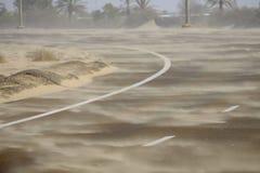 Tempesta di sabbia che spazza attraverso la strada, Abu Dhabi, UAE immagine stock