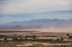 Tempesta di sabbia in valle vicino di alta catena montuosa dell'atlante Con neve Immagini Stock