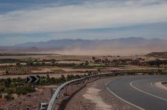 Tempesta di sabbia in valle vicino di alta catena montuosa dell'atlante Con neve Fotografie Stock Libere da Diritti