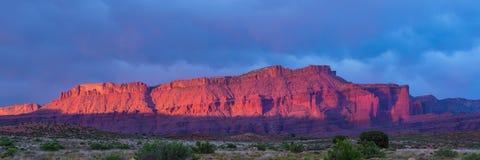 Tempesta drammatica al tramonto nel paese del canyon dell'Utah del sud fotografia stock libera da diritti