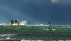 Tempesta e praticare il surfing fotografia stock