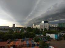 Tempesta imminente sulle periferie di Mosca immagini stock