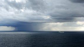 Tempesta localizzata della pioggia sopra l'oceano Fotografie Stock