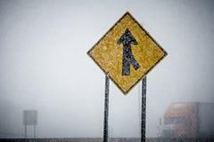 Tempesta a mala pena vista attraverso di inverno del segno di fusione Immagini Stock