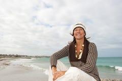 Tempesta matura felice dell'oceano della donna Fotografia Stock